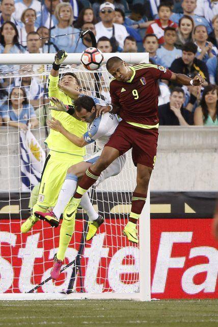 El venezolano Rondónn le gana el salto al uruguayo Diego Godín.