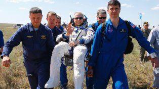 El astronauta Tim Kopra se llevado por los socorristas luego del exitoso aterrizaje.