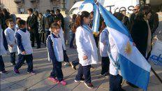 las fotos de los chicos que juraron lealtad a la bandera y la aparicion de manuel belgrano