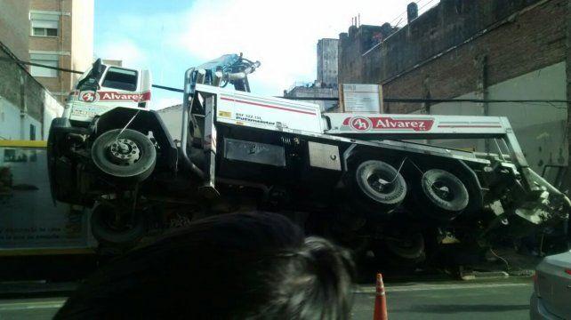 Un camión de una empresa constructora volcó y quedó apoyado sólo por sus ruedas traseras
