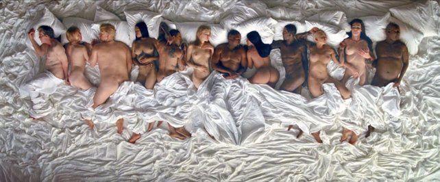 El nuevo video de Kayne West desató la ira de las celebridades por una atrevida escena en la cama.