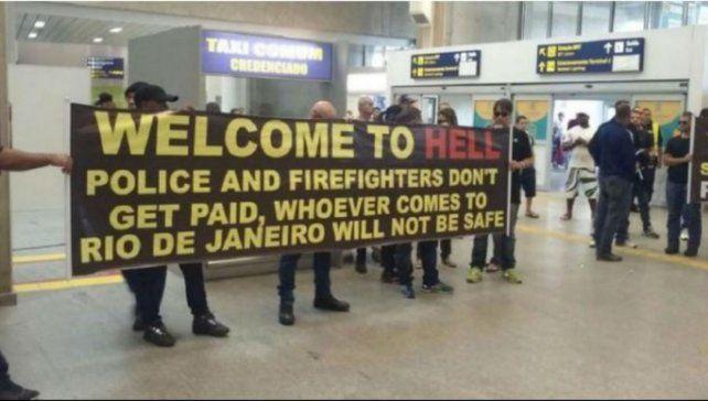 La protesta de los policías y bomberos en uno de los aeropuertos de Río.
