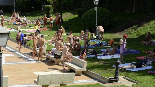 Habilitan un día a la semana para que se pueda disfrutar desnudo de las piletas públicas