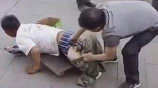 Un hombre descubrió el engaño de un falso minusválido que pedía limosna en la calle.