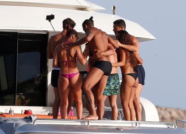 Cristiano cierra sus vacaciones con amigos y hermosas mujeres a pura fiesta