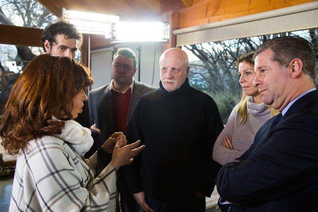 Cristina junto a los periodistas que la entrevistaron en su residencia en Calafate