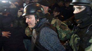 José López es trasladado por personal policial.