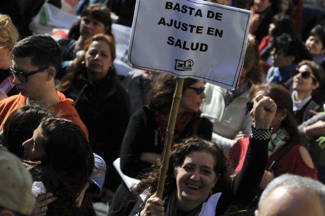 en pie de guerra. Los docentes se manifestaron ayer en Rosario y hubo voces muy críticas hacia los controles de las licencias por enfermedad.