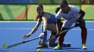 Carla Rebecchi disputa la bocha con Sunita Lakra, en un pasaje del partido jugado hoy.