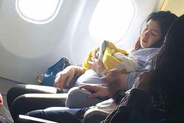 Se adelantó el parto de una mujer con siete meses de embarazo y dio a luz en pleno vuelo