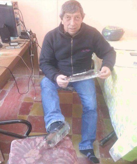 Un concejal le regaló los zapatos a un joven que no tenía y se volvió descalzo a su casa