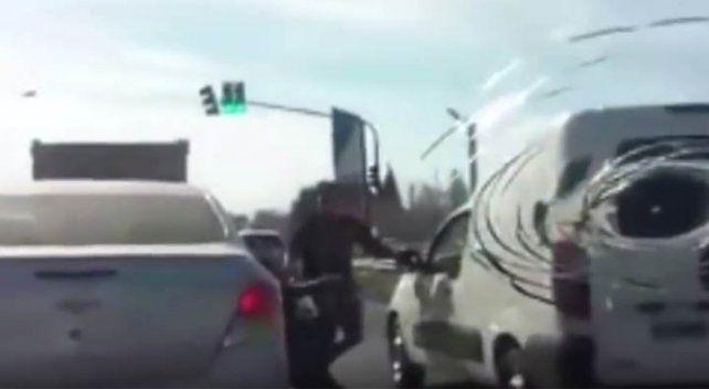Como en Relatos Salvajes, un conductor se bajó del auto en plena ruta y se peleó con otro