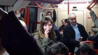 Los pasajeros no podían creer lo que escuchaban y dieron rienda suelta a las risas.