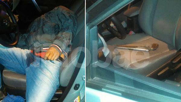 Ladrón y su arma. El delincuente muerto tal como la Policía lo encontró al arribar al lugar. El pistolón estaba debajo de su cuerpo.