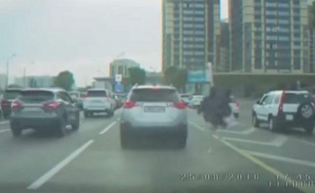 Un conductor se cansó del tránsito y montó un avestruz para esquivar autos en la hora pico