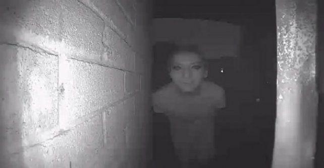 Publicó la foto de un extraño en la puerta de su casa y desapareció misteriosamente