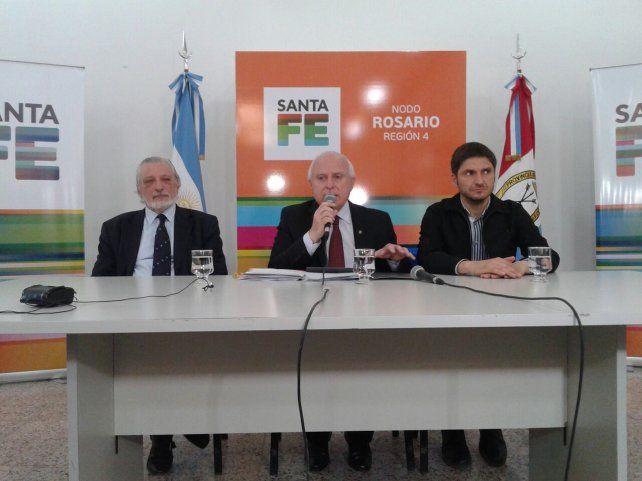 El gobernador Miguel Lifschitz brindó una conferencia de prensa acompañado por los ministros Maximiliano Pullaro y Ricardo Silberstein (Foto: Néstor Juncos)