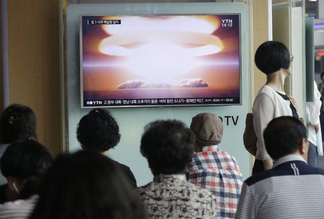 Provocación. Surcoreanos observan por televisión el momento de la explosión de la cabeza nuclear norcoreana.