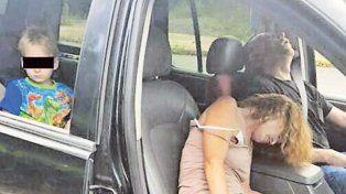 Rhonda Pasek y Jamez Acord cuando fueron detenidos. Detrás