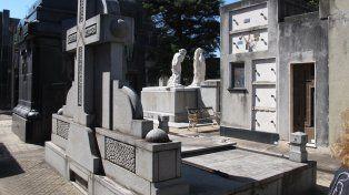 Los chicos que participan del Juego de tumbas se organizan por Facebook y concurren en grupo a cementerios.