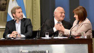 El gobernador Miguel Lifschitz selló el acuerdo con un saludo afectuoso con la ministra Patricia Bullrich.