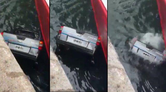 El viento arrastró a una camioneta que se hundió en el mar frente al muelle en Mar del Plata