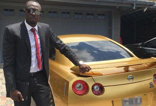 Usaint Bolt llegó en un auto de oro a su nuevo puesto de  trabajo