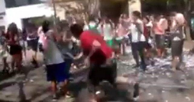 Un vecino se cansó de los ruidos de los estudiantes y los atacó con un palo en plena calle