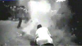 Una filmación muestra el presunto momento en que prenden fuego a la mujer.