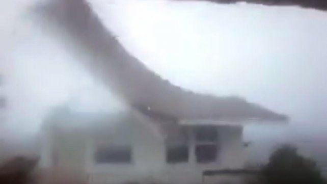 El poderoso huracán Matthew arranca el techo de una casa en las Bahamas