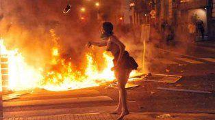 Violencia. Policías y manifestantes radicalizados se trenzaron frente a la catedral.