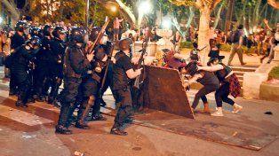 Forcejeos entre la policía y un grupo de manifestantes.