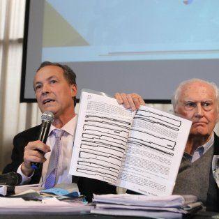 Giustiniani mostró el convenio que firmó YPF con Chevrón.