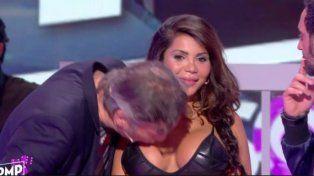 El conductor de un programa de TV besó en el pecho a una participante y fue denunciado