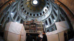 Basílica. Sacerdotes ortodoxos y franciscanos supervisando los trabajos en el interior de la Iglesia de la Resurrección.