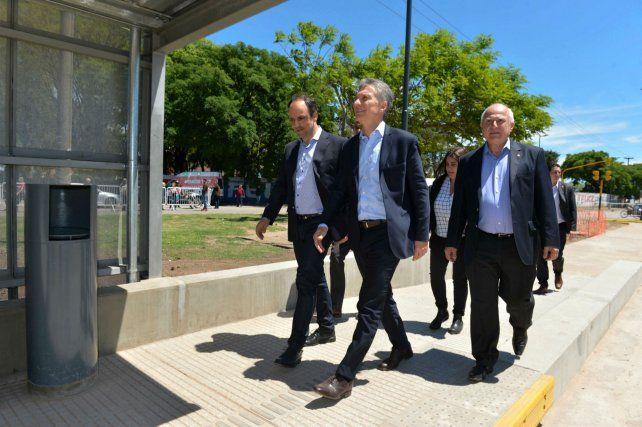El presidente recorrió las obras del Metrofé junto al gobernador Miguel Lifschitz y el intendente santafesino José Corral.
