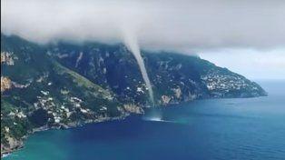 Graban un espectacular tornado en las costas italianas