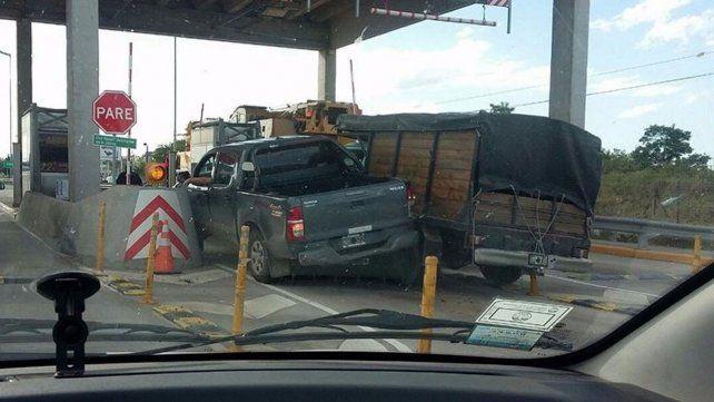 Una camioneta quiso adelantarse a otra en un peaje y terminaron atascadas