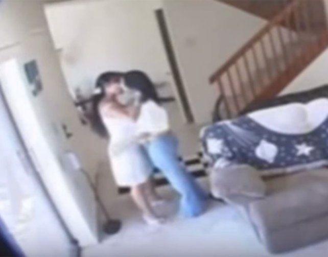 Puso una cámara oculta y descubrió que su esposa lo engañaba con la empleada