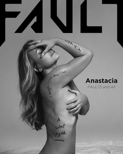 Una cantante se desnudó para mostrar las cicatrices que le dejó el cáncer