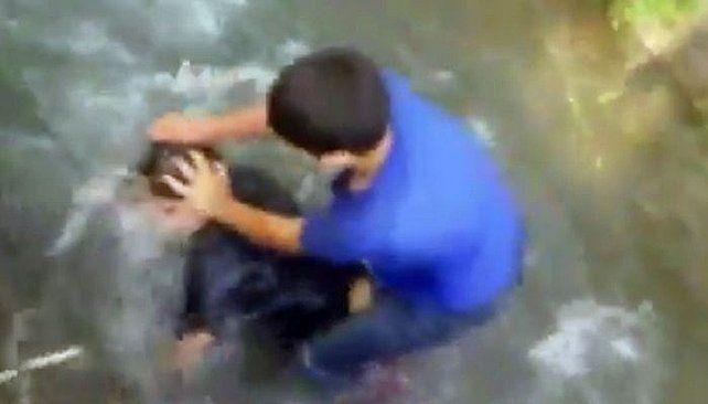 Una mujer intervino para evitar una tragedia en la disputa de dos chicos.