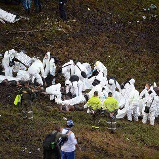 Los rescatistas trabajaron sin pausa con los restos del avión de Lamia.