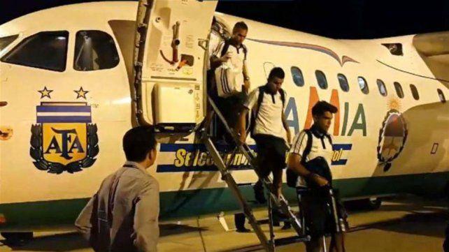 El plantel argentino viajó a Brasil en un vuelo de Lamia para jugar el partido de eliminatorias.