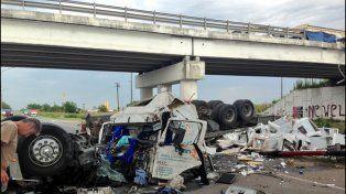 Espectacular vuelco de un camión que transportaba cocinas y cayó desde el puente que cruza las rutas A012 y la 33