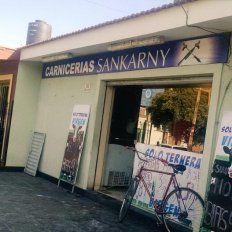 Ricky Sarkany se enojó con la carnicería Sankarny y le inició un juicio