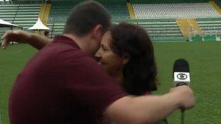 La madre de uno de los jugadores de Chapecoense estaba dando una nota y terminó consolando al periodista