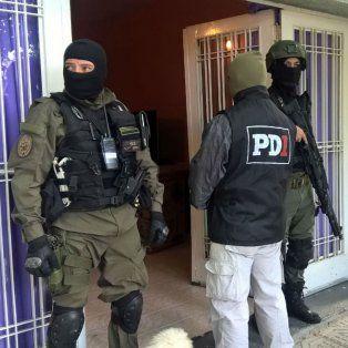 Efectivos de PDI en el domicilio de Chubut al 5500, allanado esta mañana. Hubo un detenido.