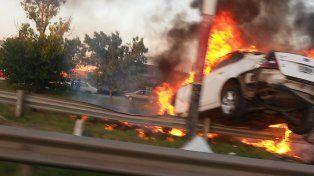 El vehículo se incendió y bomberos debieron sofocar las llamas.