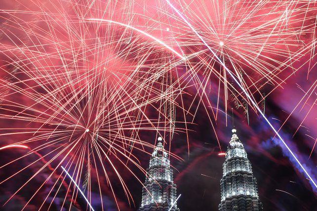 Una lluvia de fuegos artificiales rodea a las torres Petronas