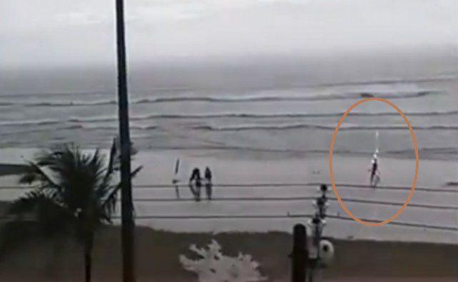 El impactante video de una joven que se desploma tras ser alcanzada por un rayo